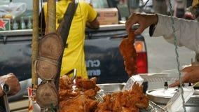PATTAYA, THAILAND - 17. DEZEMBER 2017: Straßenlebensmittel von Thailand Gebratenes Hühnerstücke im Teig Der Verkäufer auf der Str stock footage