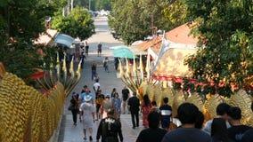 PATTAYA, THAILAND - 18. Dezember 2017: Touristen, die großen Buddha-Hügel, einen attraktiven Platz besuchen Ein enormes Bild von  stock video footage
