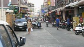 PATTAYA, THAILAND, am 14. Dezember 2017: Typische thailändische oder asiatische Straßen Ansicht über Straße mit vielen Fahnen und stock video