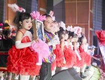 PATTAYA, THAILAND - FEBRUARI 25, 2018: portret van gelukkige meisjes stock foto