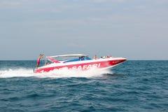 PATTAYA, THAILAND - 2. Januar 2012: Das Schnellboot transportiert Touristen auf einer Tropeninsel während der Ausflugmeersafari,  Lizenzfreie Stockbilder