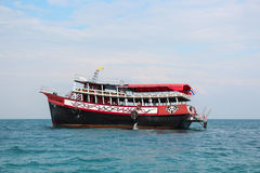 PATTAYA THAILAND - Januari 2 2012: Det turist- skeppet bär turister på en tropisk ö, Thailand, PATTAYA på Januari 2, 2012 Royaltyfri Fotografi