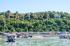 PATTAYA THAILAND - JUNI 10: Kust av den Pattaya stranden och fartyget Arkivfoton