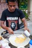 PATTAYA THAILAND - MARS 22, 2016: Arabisk man som lagar mat en välfylld kräpproti Arkivfoton