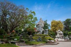 Pattaya Thailand miljon år fossil arbeta i trädgården, och krokodilen parkerar Fotografering för Bildbyråer