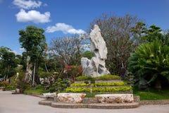 Pattaya Thailand miljon år fossil arbeta i trädgården, och krokodilen parkerar Royaltyfria Bilder
