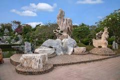 Pattaya Thailand miljon år fossil arbeta i trädgården, och krokodilen parkerar Arkivbild