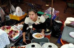 Pattaya, Thailand: Vrouwen Dienend Voedsel Stock Foto