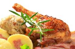 Patte de canard de rôti avec des boulettes Image stock