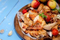 Patte de poulet grillée avec des légumes Photo stock