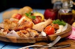Patte de poulet grillée avec des légumes Images libres de droits
