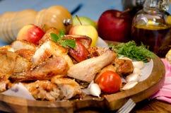Patte de poulet grillée avec des légumes Photographie stock libre de droits