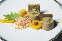 Patte de tubercule et plat gastronome saumoné de la terre Image stock
