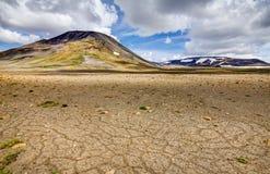 Patternd grundar med polygoner i härlig primitiv icelandic högland iceland arkivfoto