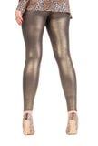 Pattes élégantes sexy en miroitant les leggins d'or Photographie stock libre de droits