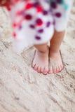 Pattes d'enfant sur la plage Photographie stock libre de droits