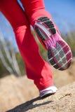 Pattes d'une fille dans des espadrilles Photo libre de droits