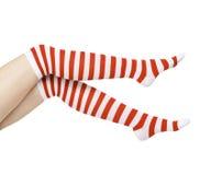 Pattes de femme dans des chaussettes de rouge de couleur Images libres de droits