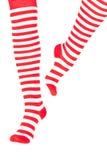 Pattes de femme dans des chaussettes de rouge de couleur Image libre de droits