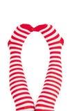 Pattes de femme dans des chaussettes de rouge de couleur Photographie stock libre de droits