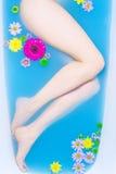 Pattes de femme dans l'eau bleue Photo libre de droits