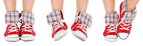 Pattes de fille dans des chaussures de sport Image libre de droits