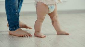 Pattes de mère et de chéri Les premières étapes du ` s de bébé banque de vidéos