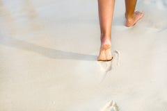 pattes de plage bronzées Images libres de droits