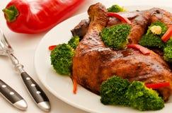 Pattes de poulet avec le broccoli Image libre de droits
