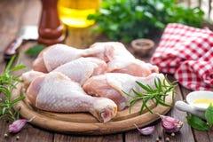 Pattes de poulet crues images stock