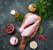 Pattes de poulet crues avec les épices et l'ail Image libre de droits