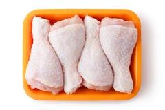 Pattes de poulet fraîches sur le plateau au détail. Première vue. Photo libre de droits