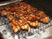 Pattes de poulet grillées sur le gril Photos stock