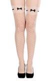 Pattes femelles bien faites dans le pantyhose et des chaussures Photographie stock