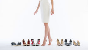 Pattes femelles dans des chaussures de mode Photographie stock libre de droits