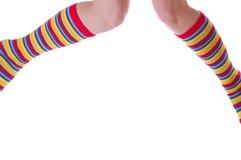 Pattes intéressantes de femme dans les chaussettes Photos stock