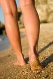 Pattes intéressantes sur la plage de sable photo libre de droits