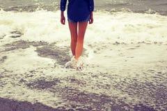 pattes minces Fille et la mer Photo modifiée la tonalité dans le rétro style Photos stock