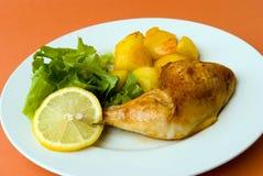 Pattes rôties de poulet avec le pota images libres de droits