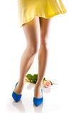Pattes sexy de femme dans des chaussures bleues Image stock