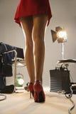 Pattes sexy de jeune femme. Image stock