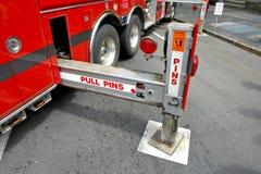 Pattes stabilisantes de tangon de camion de pompiers étendues image stock