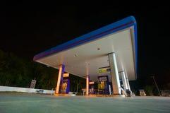Patthalung, el 2 de julio de 2014: Gasolinera del PTT en la noche en Srinagarin imagen de archivo libre de regalías