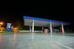 Patthalung, 02 2014 Lipiec: PTT benzynowa stacja przy nocą w Srinagarin Obrazy Stock