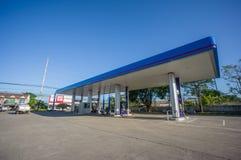 Patthalung, 02 2014 Lipiec: PTT benzynowa stacja w Srinagarinda distri Fotografia Stock