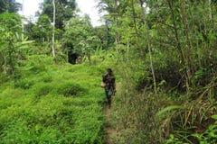 PATTHALUNG, TAILANDIA - 13 DE DICIEMBRE DE 2015: El Negrito de Tailandia Son una tribu del saa-gai que viven pacífico en el denso fotos de archivo libres de regalías