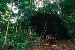 PATTHALUNG, TAILANDIA - 13 DE DICIEMBRE DE 2015: El Negrito de Tailandia Son una tribu del saa-gai que viven pacífico en el denso Imagen de archivo libre de regalías