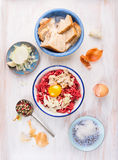 Patties κρέατος που κάνουν με τον ακατέργαστο κιμά, κουλούρι ενυδάτωσαν, τεμαχίζοντας τα κρεμμύδια και το αυγό Στοκ εικόνες με δικαίωμα ελεύθερης χρήσης