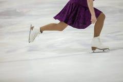 Pattinaggio artistico, addestramento di pattinaggio su ghiaccio Piedi di pattinatore sul ghiaccio immagini stock libere da diritti