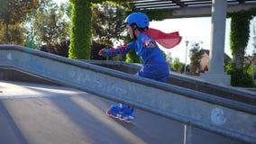 Pattinaggio a rotelle, bambino su accelerazione di sport della concorrenza dalla collina a rollerdrome